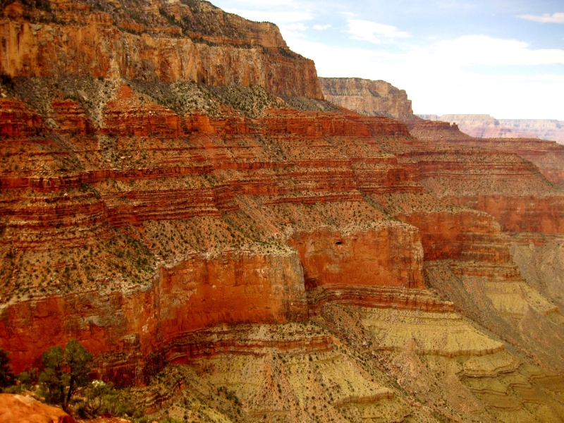 The descent into the canyon is marked by vibrant changes in rock color.
